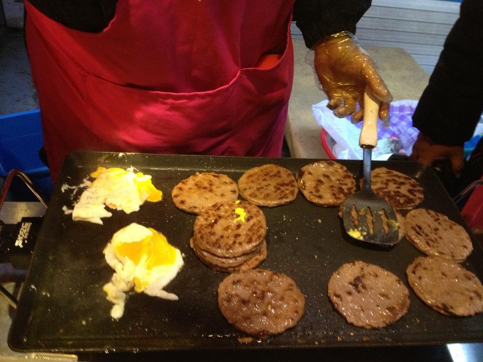 굽고있는 패티와 계란후라이